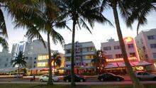 Trabajadores del distrito de entretenimiento de South Beach protestan contra la prohibición de la venta de alcohol