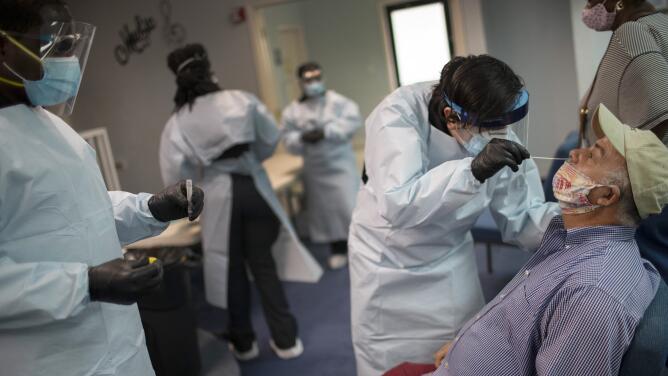 Líderes en políticas sanitarias de Florida se reúnen con Ron DeSantis para discutir el repunte de la pandemia