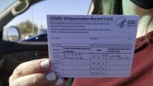 Multa de $16 mil dólares a turistas que querían entrar a Canadá con certificados falsos de vacunación