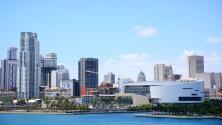 Miles de fanáticos de los Miami Heat llegan al American Airlines Arena para ver jugar a su equipo