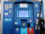Gobernador de Florida firma nueva ley para evitar el robo de tarjetas de crédito en los dispensadores de gasolina