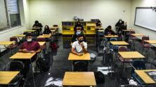 Gobierno de Biden lanza iniciativa para ayudar a que más estudiantes hispanos logren graduarse de la secundaria en EEUU