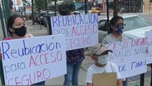Un grupo de personas en Pilsen protesta ante la presencia de desamparados cerca de una escuela