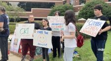 Padres protestan en Cary contra el uso obligatorio de mascarillas en escuelas públicas