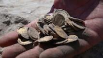 Hallan un tesoro de casi 500 monedas de oro puro de más de mil años