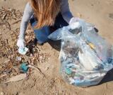 Efecto coronavirus: playas contaminadas con guantes y mascarillas