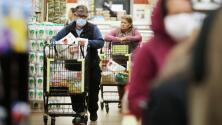 """""""El bolsillo está sufriendo"""": preocupación entre consumidores por el alza en los precios de alimentos y suministros"""