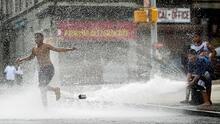 Precaución conductores de Nueva York: niños y adultos están usando los hidrantes públicos para refrescarse
