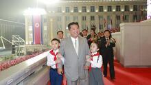 Kim Jong Un reaparece más delgado y su imagen se vuelve viral