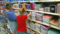 Cientos de padres de familia se preparan para el fin de semana libre de impuestos en útiles escolares