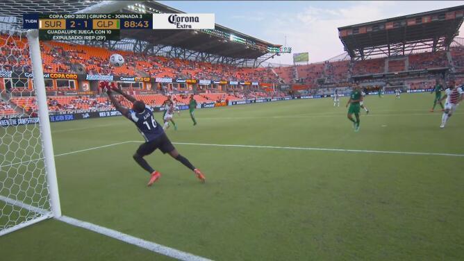¡Atajadón impresionante! Kévin Ajax tapa el cañonazo con un manotazo