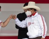 El complicado panorama en el que los peruanos llegan a las urnas para elegir presidente entre los dos extremos