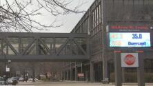 Redoblan seguridad en una escuela secundaria de Chicago tras encontrar amenazas en un baño