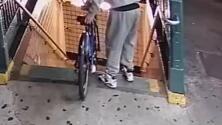 Captan a sospechosos de lanzar Citi Bike a vías del subway en Queens