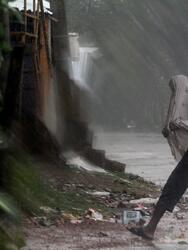 -FOTODELDIA- Paradeep (India) 20/05/2020.- Un lugareño lucha contra los elementos mientras el ciclón Amphan alcanza este miércoles la costa de Odisha, en Paradeep (India), este miércoles. EFE/Str