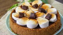 Cheesecake de s´mores, ¡lleva chocolate, bombones y galletas!
