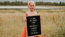 La emotiva historia de una niña de 4 años que terminó su tratamiento contra el cáncer vestida de fiesta