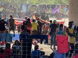 """""""Hay 9,000 personas"""": pueblo fronterizo agobiado por ola migratoria pide ayuda a autoridades federales"""
