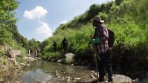 """""""En México te traga la tierra y nunca más vuelves"""": buscan en fosas clandestinas a sus familiares desaparecidos"""