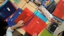 Emoción y alegría: Estudiantes de una escuela primaria en Chicago reciben kits de útiles escolares