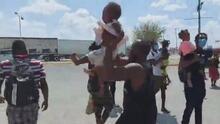 Migrante, con su hijo en brazos, pide a gritos no ser deportado en México