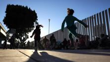 """""""Ya no aguantamos más"""": pese a ser menores de edad, dos jóvenes hispanas dejaron a sus padres para cruzar solas la frontera"""
