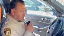 El hijo de un oficial sorprende a su padre con un emotivo mensaje en su último día de servicio