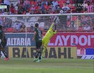 ¡El poste evita el empate! Mauro Quiroga revienta el travesaño