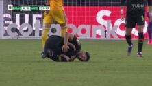 Dura entrada de Salcedo sobre Vela que lo hace 'volar' en el Tigres vs LAFC