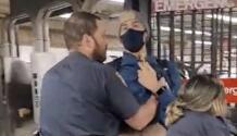 Hombre en el subway le pregunta a policía porque no usa mascarilla y éste lo empuja
