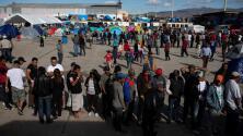 Autoridades mexicanas reubican a cientos de migrantes centroamericanos en nuevo albergue en Tijuana