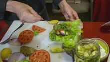 Familias hispanas cultivan los vegetales que le dan sabor y color a las hamburguesas