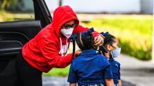 Niños en Denver, Colorado, dan ejemplo de cómo portar una mascarilla evita la propagación del covid-19