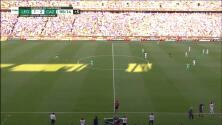 ¡Expulsión! El árbitro saca la roja directa a Fidel Ambríz.