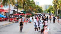 Trabajadores y dueños de negocios en Miami-Dade celebren el fin del toque de queda y otras restricciones