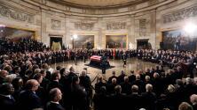 Le rinden un emotivo homenaje póstumo en el Capitolio al expresidente George H. W. Bush