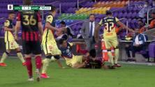 ¡Expulsión! El árbitro saca la roja directa a Marcelino Moreno.