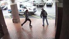 Una zancadilla de un extraño detuvo a este sospechoso armado