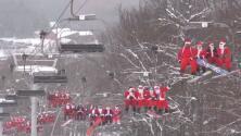 Espíritu navideño sobre nieve: Cientos de Santa Claus se reúnen en Maine para esquiar juntos