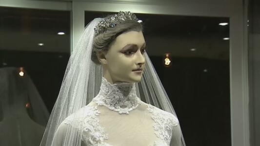 Aseguran que este maniquí con vestido de novia es una mujer embalsamada