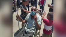 El esfuerzo de un niño de 10 años por llevar a su bisabuelo discapacitado a vacunarse contra el covid-19