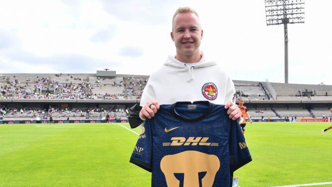 Nikita Mazepin visita CU y recibe playera de Pumas