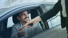 """""""Tener un pago de carro es como andar en Uber"""": Experto financiero habla de la realidad de comprar un auto a crédito"""