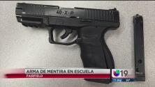 Estudiante saca arma de juguete para intimidar a compañero
