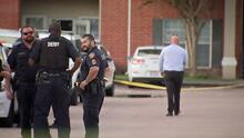 """Encuentran a tres niños abandonados junto a los restos de su """"hermano"""" en un apartamento de Houston"""