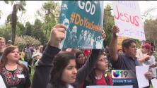 """""""No veto, no muros, libertad para todos"""": protestan cientos a las afueras del Capitolio estatal"""