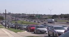 Residentes de San Antonio abarrotan gasolineras ante el temor a la escasez de combustible en Texas