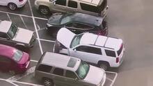 En video: En menos de tres minutos dos sospechosos se roban una camioneta en un estacionamiento de Dallas