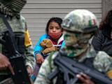 Hallan hacinados en contenedores a 652 migrantes cerca de la frontera, la mayoría niños