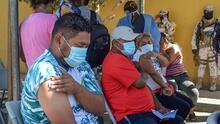 En fotos: vacunan contra el covid-19 a inmigrantes establecidos en campamentos en Tijuana